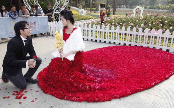 vestito nuziale con 9999 rose