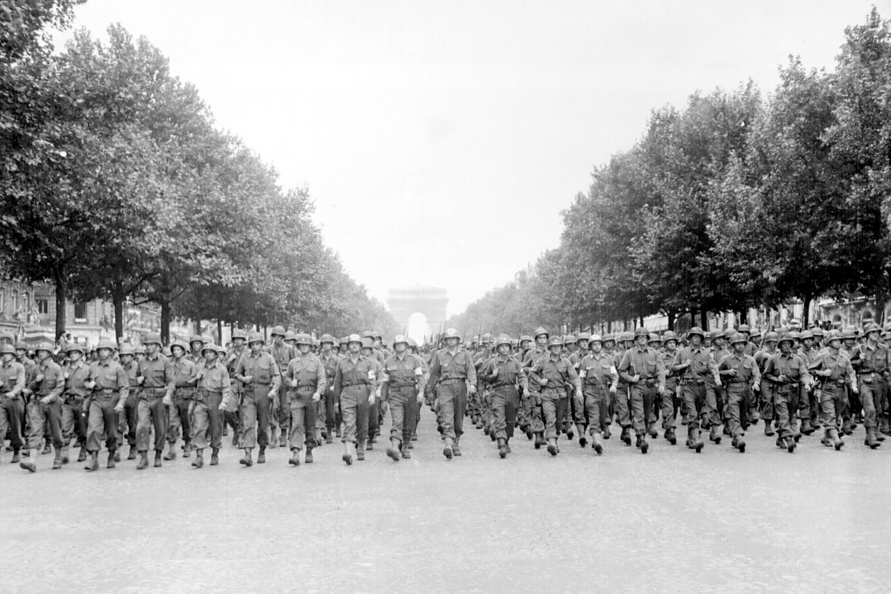 Soldati americani marciano a Parigi dopo averla liberata dai nazisti