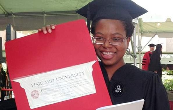 Khadijah Williams con la lettera di Harvard
