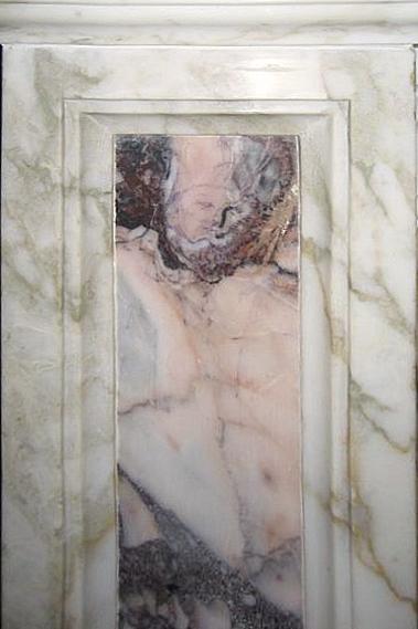 Colonna sinistra dell'altare principale della Chiesa Madre di Nereto (Teramo): le venature del marmo sembrano mostrare il volto di un ecclesiastico con tiara
