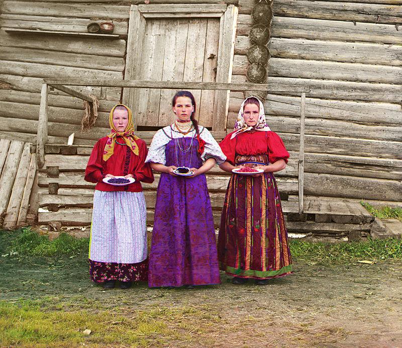 Giovani paesane russe in una zona rurale lungo il fiume Sheksna vicino alla cittadina di Kirillov, 1909