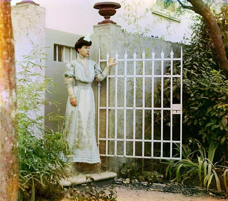 Una donna italiana presso un cancello