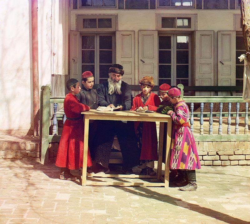Un insegnante ebraico con gli alunni a Samarcanda