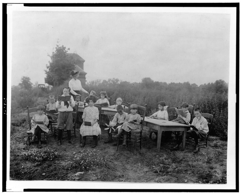Bambini affetti da tubercolosi a scuola all'aria aperta tra il 1900 e il 1920