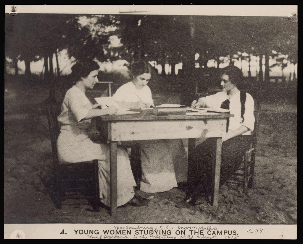 Giovani donne che studiano all'aria aperta (1918)